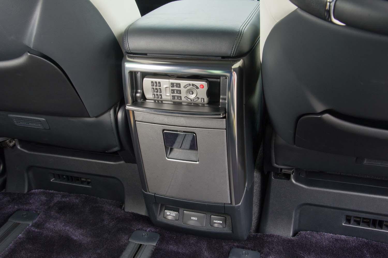 センターコンソールの後部には、2列目シート向けの収納や、リアエンターテインメントシステム操作用のリモコンが用意されている。