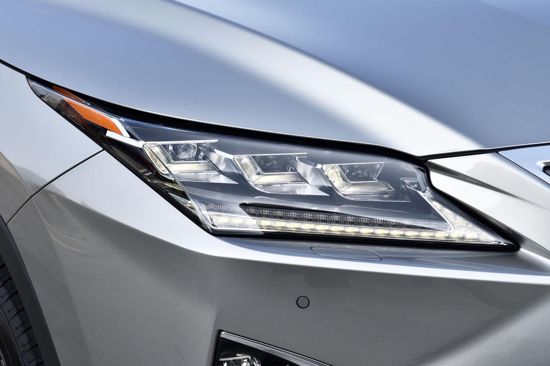 「RX450hL」には3眼フルLEDヘッドランプが標準装備となる。LEDのシーケンシャルターンシグナルランプが備わる。