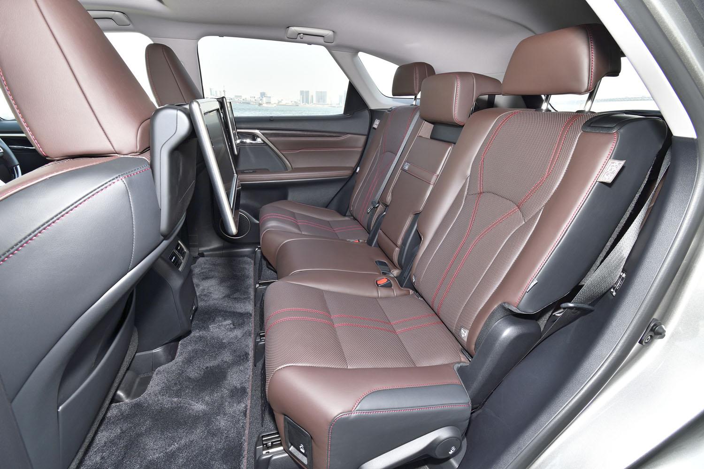 2列目シートは3人掛け。ただし中央の席は座面が短いために座りにくい。