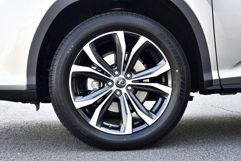 タイヤサイズは前後とも235/55R20。オプションでノイズリダクションアルミホイールも選択可能(試乗車には非装着)。