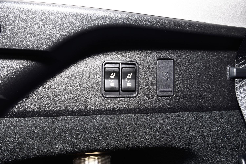 3列目のシートは電動で格納/展開式。スイッチは荷室の左側面に設置されている。