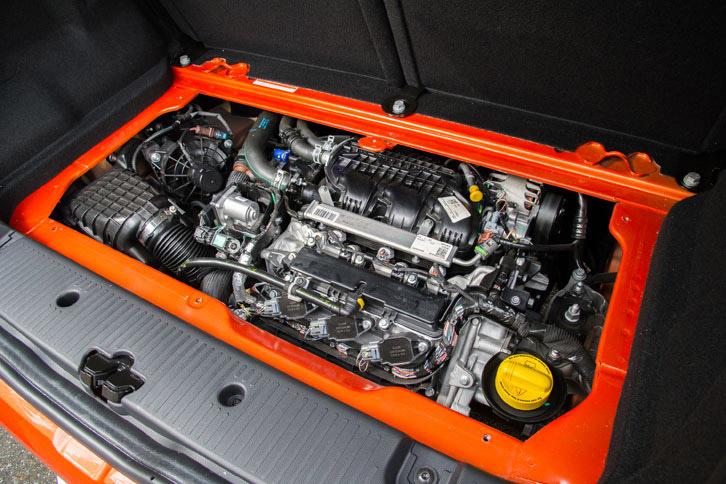 ラゲッジルームの下に搭載される、最高出力109ps、最大トルク170Nmの0.9リッター直3ターボエンジン。RRの駆動レイアウトは、「GT」に限らず「トゥインゴ」全体の特徴となっている。