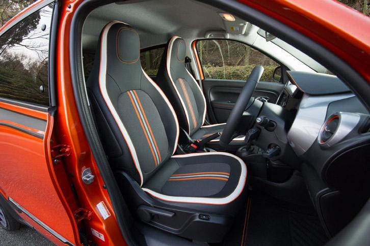 シートは合皮とファブリックのコンビタイプ。ホワイトとオレンジのアクセントを取り入れることで、インテリアとの一体感を演出している。