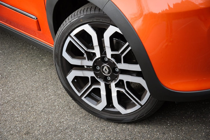 タイヤには他のグレードより幅が広く、偏平率の低い形状のものを採用。ヨコハマのエコタイヤというちょっと意外な銘柄についても、RRという駆動レイアウトや快適性とグリップ力とのバランスなどを鑑みて、たどり着いた結果だという。