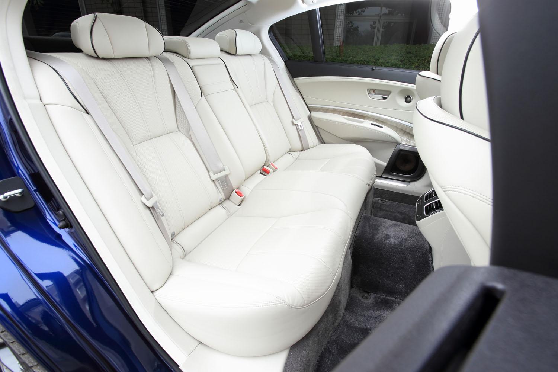 後席(写真)は、中央部分の座席を除く左右席にシートヒーターが備わる。