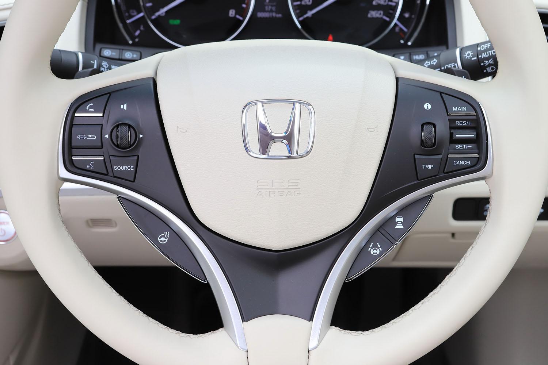 「レジェンド」のステアリングホイールには、運転支援システムやステアリングヒーター、オーディオのスイッチが並ぶ。
