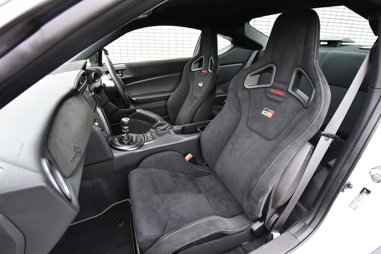 表皮にアルカンターラを用いた、専用のレカロ製フロントシート。シートカラーは、写真のブラックのみとなる。