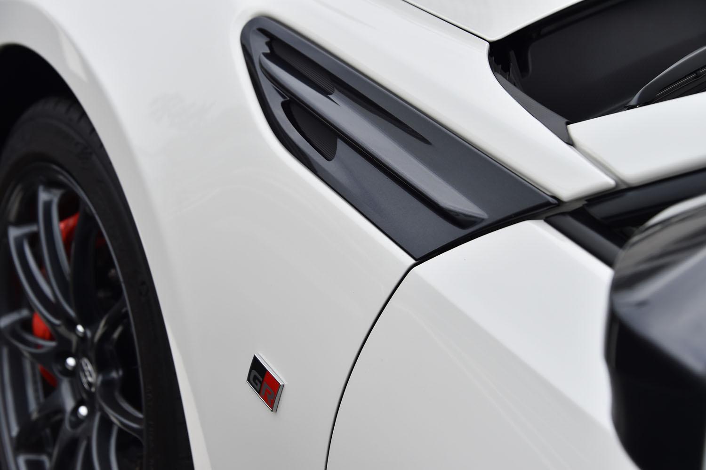 フェンダーガーニッシュも専用品。グレーメタリック塗装が施される。その下方には「GR」ロゴのエンブレムも添えられる。