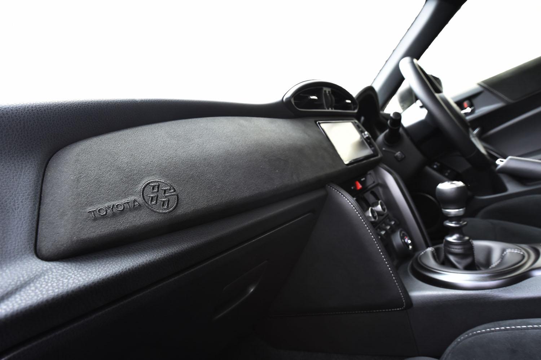 助手席前方のパネルは、スエード調の合成皮革「グランリュクス」でドレスアップされる。左端には、車名ロゴの刺しゅうも。