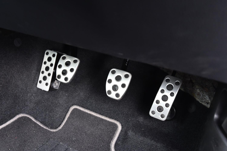 アクセル、ブレーキ、クラッチの各ペダルとフットレストはアルミ製となる。