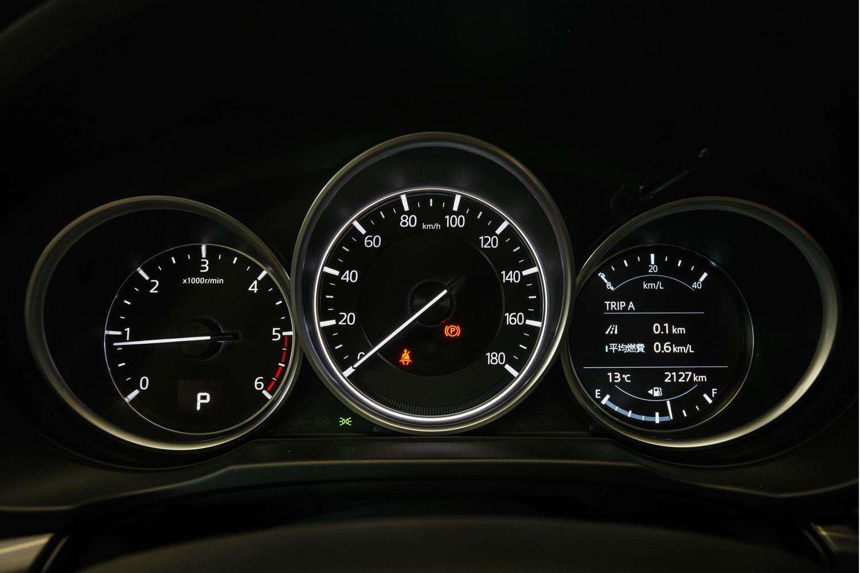 ディーゼル車「XD」のメーター。左がエンジン回転計で中央が速度計。