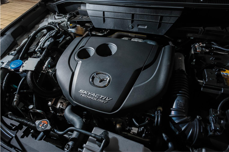 新型「CX-5」のディーゼルエンジンは、「CX-8」にも採用されているスカイアクティブ-Dの進化版。一方、ガソリンエンジンには、スカイアクティブ-G 2.0とスカイアクティブ-G 2.5の2種類が用意され、後者には気筒休止システムが搭載される。