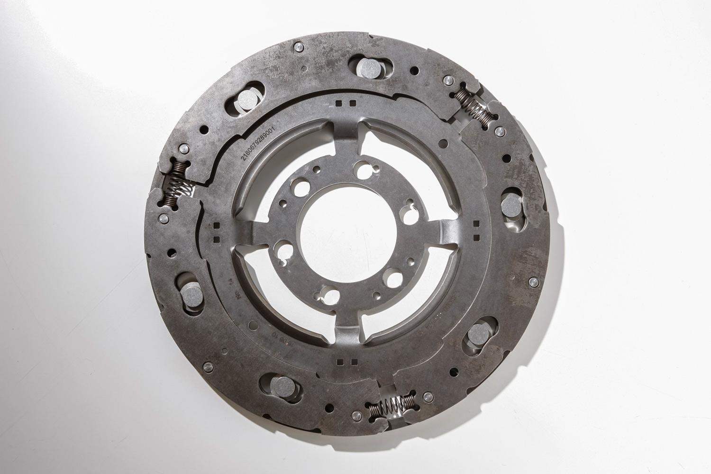 スカイアクティブ-G 2.5の気筒休止システムで採用された遠心振り子ダンパー。トランスミッションのトルクコンバーター部分に組み込むことで、レスポンスの悪化を最小限にしつつ、振動の抑制にも貢献している。