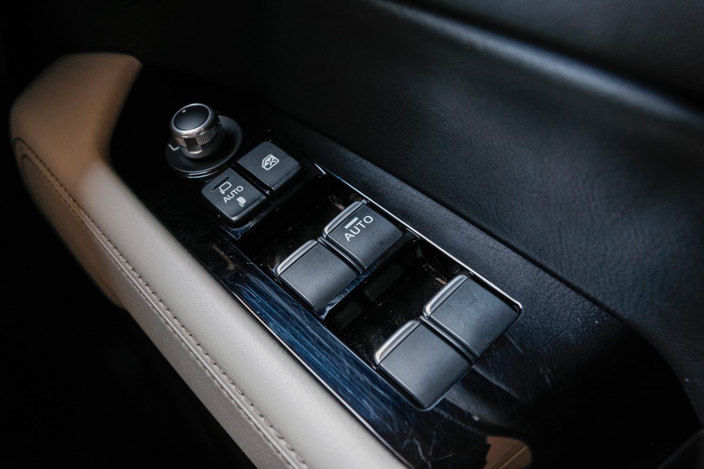 従来モデルの運転席パワーウィンドウスイッチ。