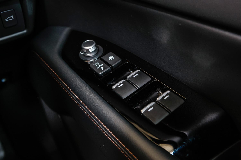 """新型の運転席パワーウィンドウスイッチ。フロントドア/リアドアのパワーウィンドウには「自動反転機構およびワンタッチ&タイマー付き」を採用。""""AUTO""""の文字が消え、4つのスイッチにイルミネーションが付いた。(「25S Lパッケージ」と「XD Lパッケージ」に採用)"""