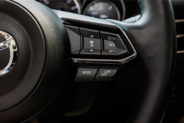 従来モデルのレーダークルーズコントロールのステアリングスイッチ。