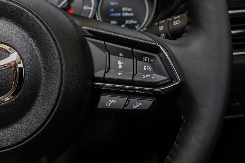"""新型のレーダークルーズコントロールステアリングスイッチ。""""ON""""の文字が加わった。"""
