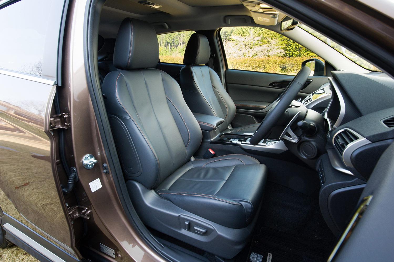 シート表皮はファブリックが標準だが、「G」「Gプラスパッケージ」にはオプションで前席シートヒーター付きの本革シートも用意されている。