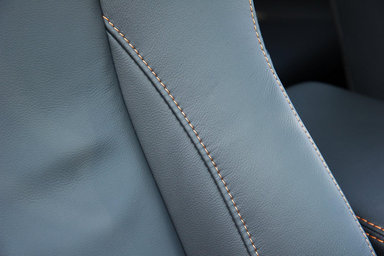 本革シートには、前席、後席ともにオレンジのコントラストステッチが施されている。