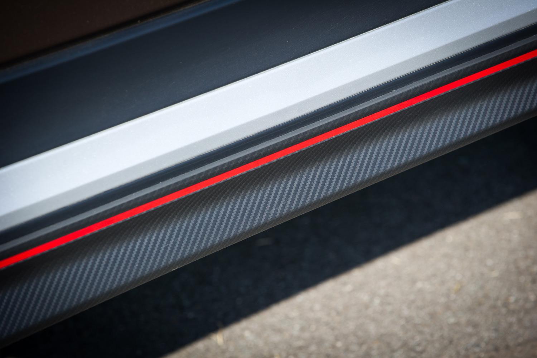 テスト車にはディーラーオプションとして用意される、カーボン調の模様と赤いラインが目を引く外装パーツが装着されていた。
