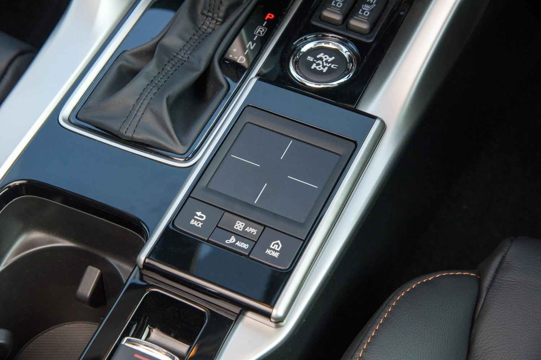 ディスプレイオーディオの操作に用いる、タッチパッド式のコントローラー。ボイスコマンド機能による音声操作も可能となっている。