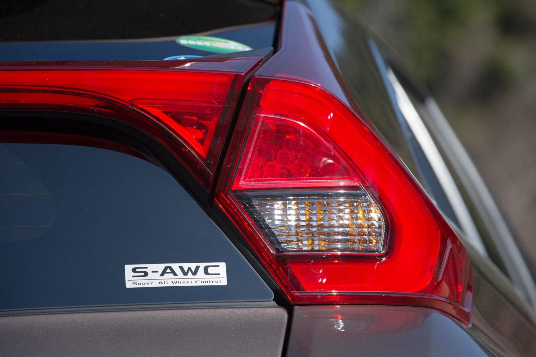 4WD車のテールゲートに装着される「S-AWC」のバッジ。S-AWCとは電子制御4WDやトラクションコントロール、ブレーキ制御などを組み合わせた車両の統合制御システムで、高いライントレース性や路面状態を問わない操縦安定性を実現している。