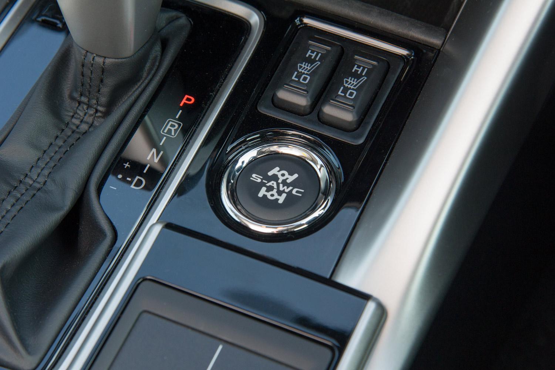 センターコンソールに備わる「S-AWC」のドライブモード切り替えスイッチ。押しボタン式で、状況に応じて「AUTO」「SNOW」「GRAVEL」のなかから最適なモードを選ぶことができる。