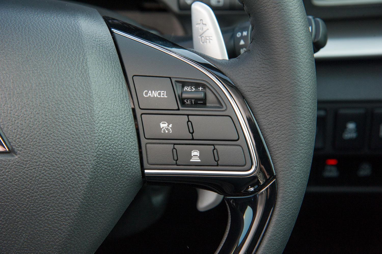 ステアリングホイールに備わる、前走車追従機能付きクルーズコントロールのスイッチ。完全停車まで対応しており、先行車に追従して停止した場合は一定時間停止状態を保持。渋滞などによるドライバーの負担を低減する。