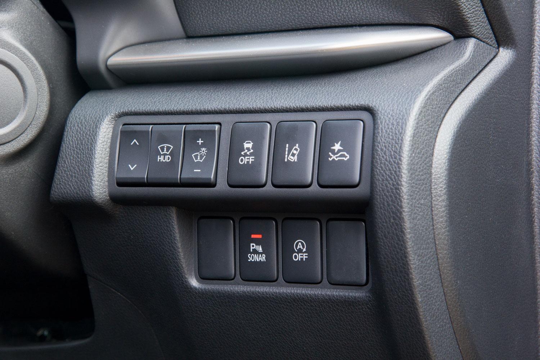 ダッシュボードの右端に備わる、ヘッドアップディスプレイや運転支援システムの操作パネル。「エクリプス クロス」には自動緊急ブレーキや車線逸脱警報、誤発進抑制制御機能など、さまざまな予防安全機能が用意されている。