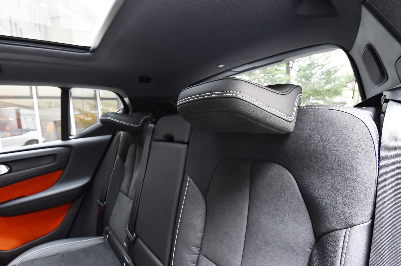 後席のヘッドレストは可倒式。乗員がいない場合は写真のように畳むことで、ドライバーの後方視界を確保する。