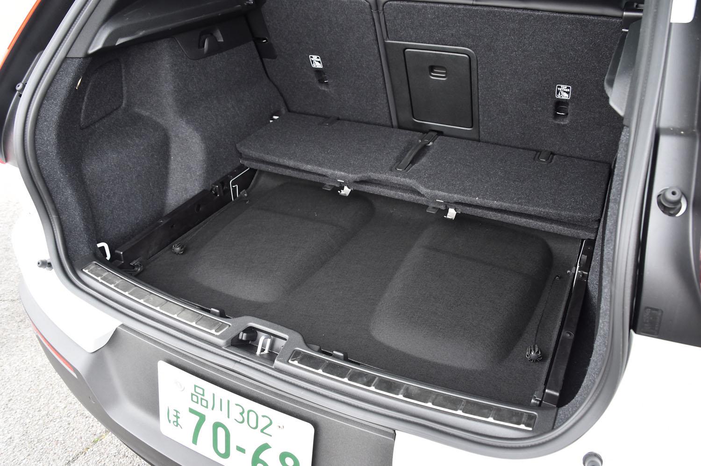 荷室のトノカバーは、使用しない場合は取り外して床下に収納できる。
