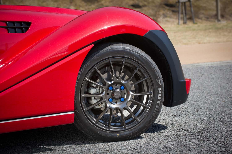 weds製のアルミホイールと「ブリヂストン・ポテンザRE-71R」タイヤはオプション装備。タイヤサイズはベースの「ロードスター」と同じ195/50R16。