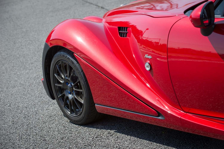 フロントフェンダーを後ろから眺める。タイヤの後ろの部分を翼断面形状とすることで、高速走行時に発生するダウンフォースを増加させたという。
