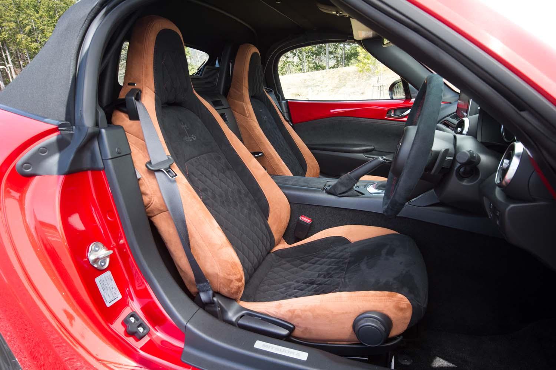 ベースとなった「ロードスターSレザーパッケージ」には標準で本革シートが装着されるのだが、テスト車はオプションのアルカンターラシートに換装されていた。