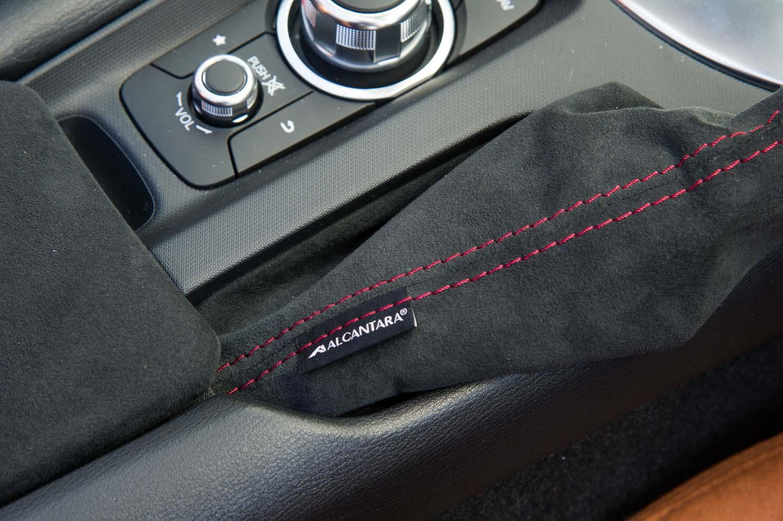 パーキングブレーキブーツに備わる「ALCANTARA(アルカンターラ)」のロゴ。このほかテスト車には、センターコンソールリッドやシフトブーツ、インストゥルメントパネルなどにもアルカンターラ素材(オプション)が用いられていた。