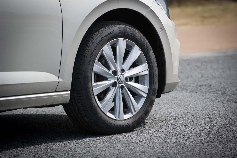 「TSIハイライン」では16インチのタイヤ&ホイールが標準。テスト車にはコンチネンタルのコンフォートタイヤ「コンチプレミアムコンタクト5」が装着されていた。