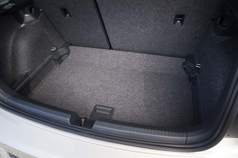 荷室の容量は351リッター~1125リッター。写真はフロアパネルを一段深くセッティングしたところ。