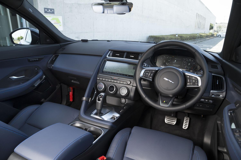 「EペースR-DYNAMIC SE P250」のコックピット。センターコンソールの助手席側にあるハンドグリップをはじめ、ピュアスポーツカー「Fタイプ」を思わせるディテールが見られる。