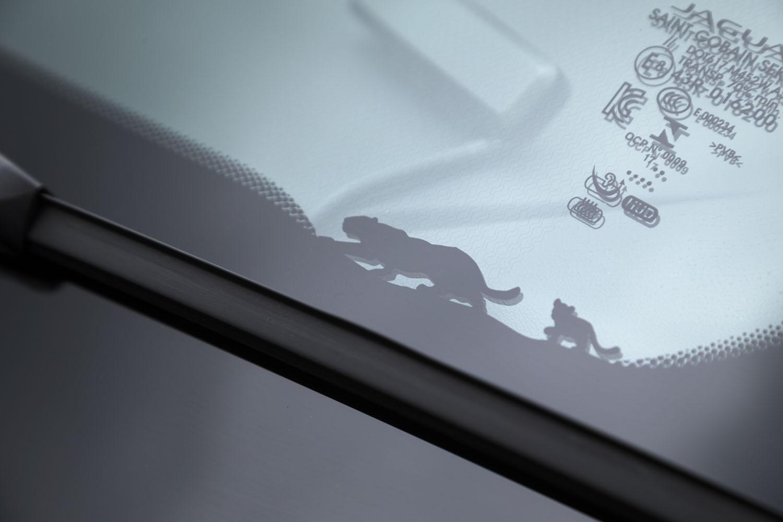 フロントウィンドウのリム(助手席側前方)には、ジャガーの親子をモチーフにしたグラフィックも。「Eペース」ならではの遊び心を感じさせるディテールだ。
