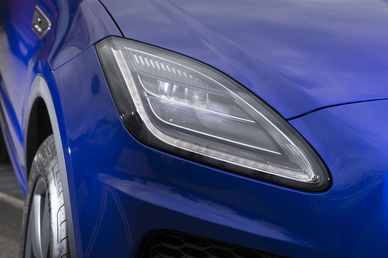 20個のLEDを採用した「マトリックスLEDヘッドライト」。自動的に配光を調節して対向車の眩惑(げんわく)を防ぐ機能も備わる。