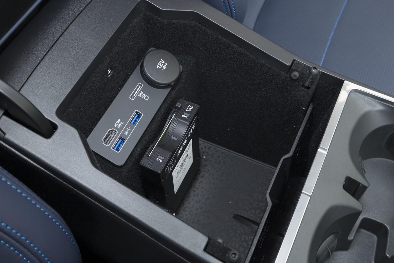 運転席・助手席間の小物入れには、USBとHDMIの端子に加え、SIMカードのスロットを装備。最大8台のワイヤレスデバイスをインターネットに接続できる。