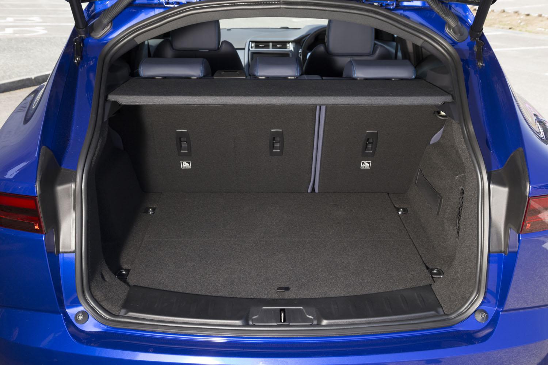 荷室の容量は5人乗車時で577リッター。後席の背もたれを前方に倒すことで、1234リッターにまで拡大できる。