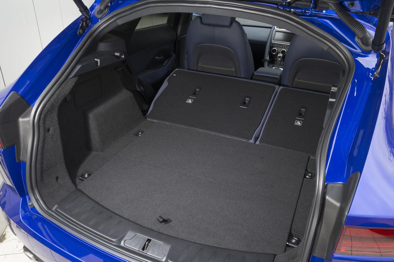 後席の背もたれを倒し、荷室容量を最大化した状態。最長1568mmの荷物まで収納できる。なお、荷室の幅は1300mm。