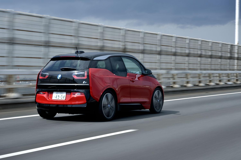 ピュアEVの「i3」が0-100km/h加速に要する時間は7.3秒。レンジエクステンダー搭載車は8.1秒と公表される。