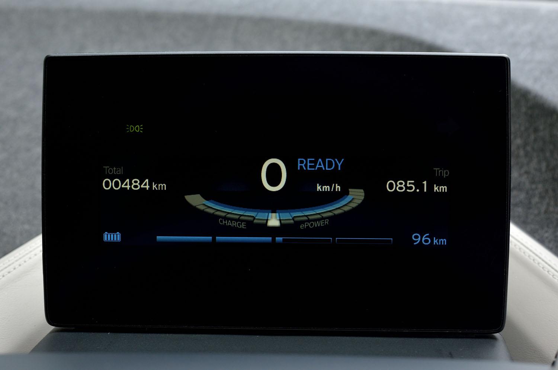 メーターパネルは5.7インチのTFT液晶モニター。主要部には速度計やパワーメーターのほか、航続可能距離が表示される。