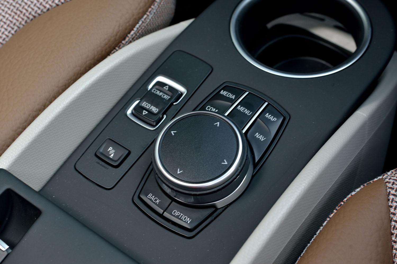 センターコンソールに備わるインフォテインメントシステムのコントローラー。その左側に、走行モードの切り替えスイッチがレイアウトされる。