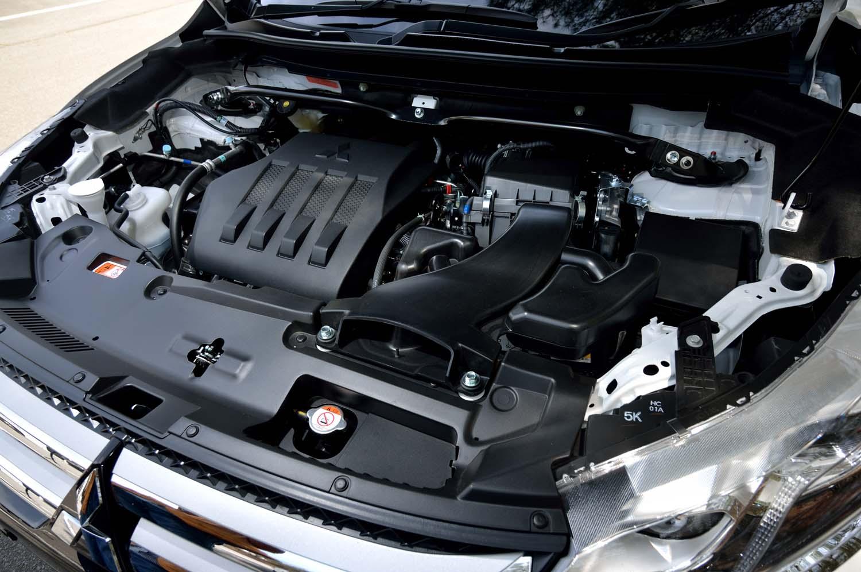 パワーユニットには最高出力150ps、最大トルク240Nmの1.5リッター直4ターボエンジンを採用。エンジンルームの奥には3点式ストラットタワーバーが見える。