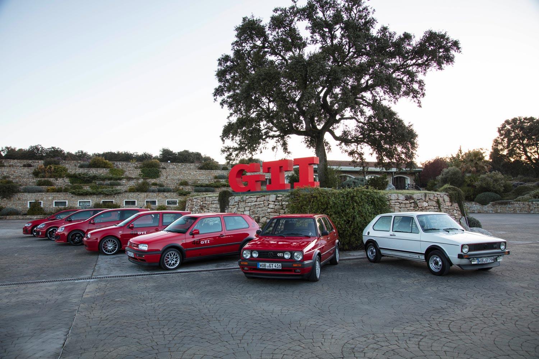 イベント会場に展示された、歴代の「ゴルフGTI」。GTIの名称は、1976年にデビューした初代「ゴルフGTI」以来、今日に至るまでフォルクスワーゲンの高性能車に連綿と使用され続けている。