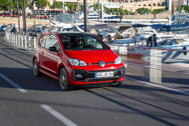 マラガ市街を行く「up! GTI」。高出力のエンジンに加え、ローダウンサスペンションなどでチューニングされた足まわりも同車の特徴となっている。