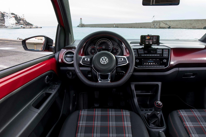 「up! GTI」にはサウンドアクチュエーターが装備されており、⾞外騒⾳は抑えながら、車内ではスポーツモデルならではの刺激的なサウンドを楽しむことができる。